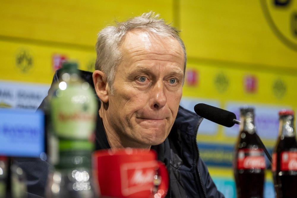 Freiburgs Trainer Christian Streich schaut auf der Pressekonferenz nachdenklich.